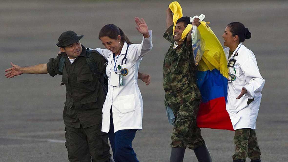 Los policías y militares liberados hoy por las FARC llegaron esta noche de Villavicencio a Bogotá en sendos aviones de la Policía Nacional y de la Fuerza Aérea junto a sus familiares.