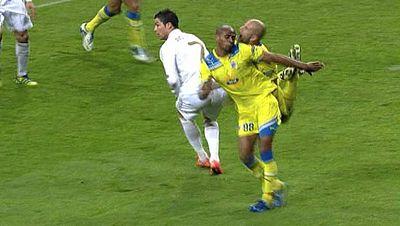 En la segunda parte del Real Madrid-Apoel de Nicosia, el defensa portugués del conjunto chipriota, Paulo Jorge, perdió tres dientes al chocar con su compañero Boaventura.