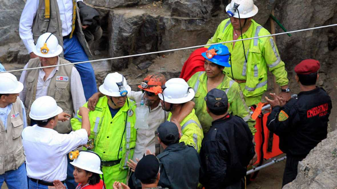 Los nueve mineros atrapados en Perú han visto por fin la luz del día