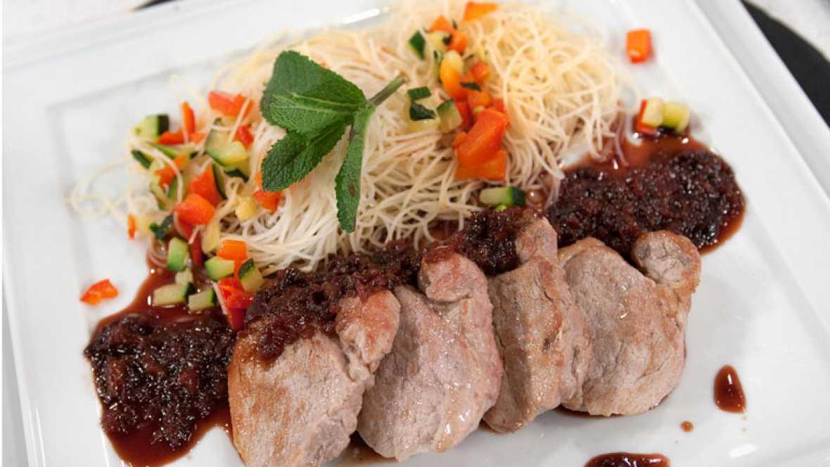 Solomillo de cerdo con fideos de arroz salteados