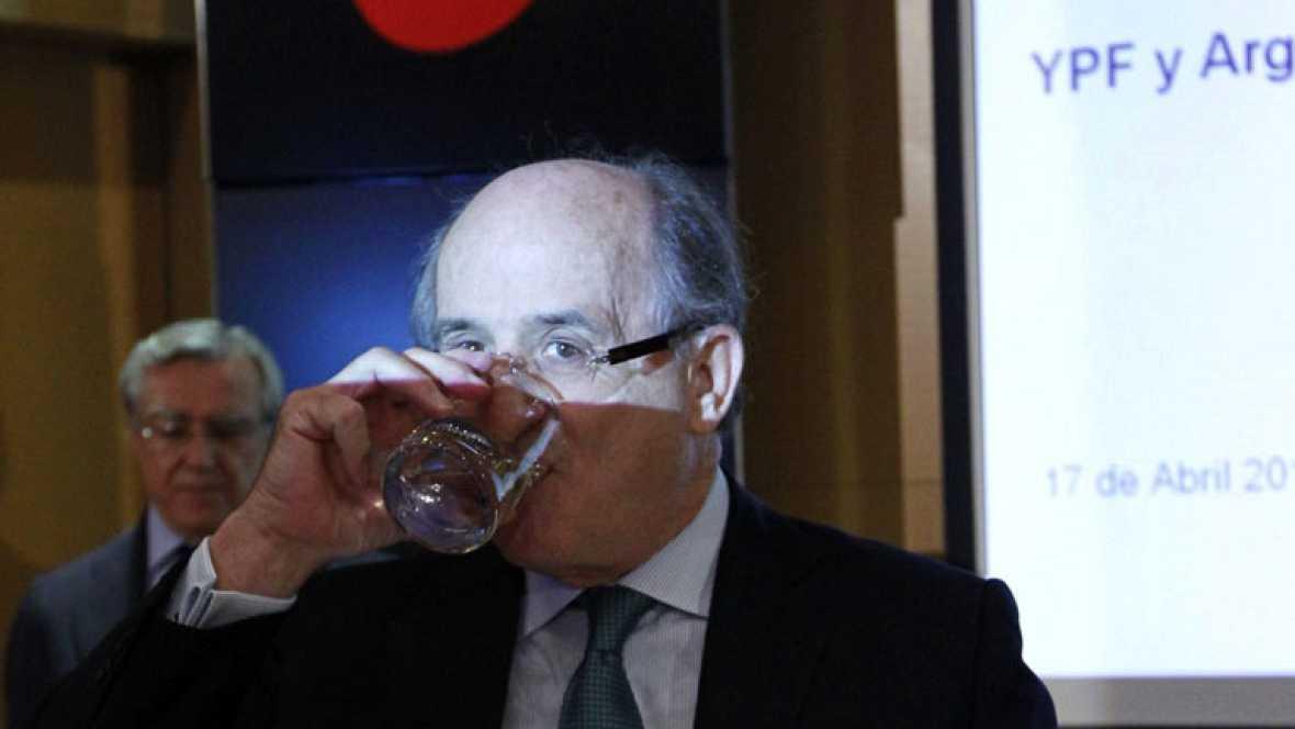 """Repsol acusa a Argentina de """"derrumbar"""" la acción de YPF para expropiarla a precio de saldo"""