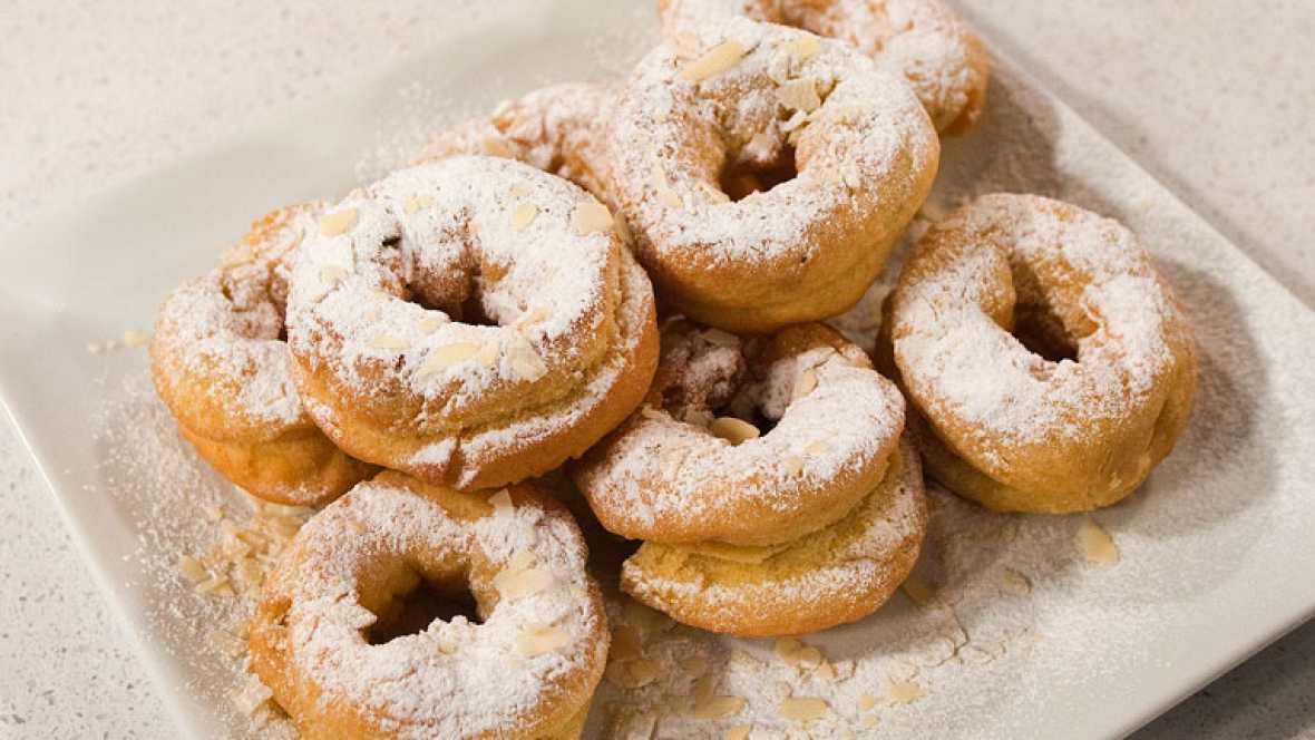 Rosquillas con frutas escarchadas y almendra