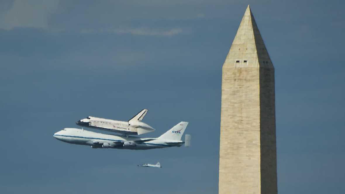 El transbordador Discovery surca el cielo por última vez sobre un avión de la NASA que le lleva a los hangares del Museo Nacional del Aire y el Espacio para cumplir su nueva misión: Educar e inspirar a las nuevas generaciones.