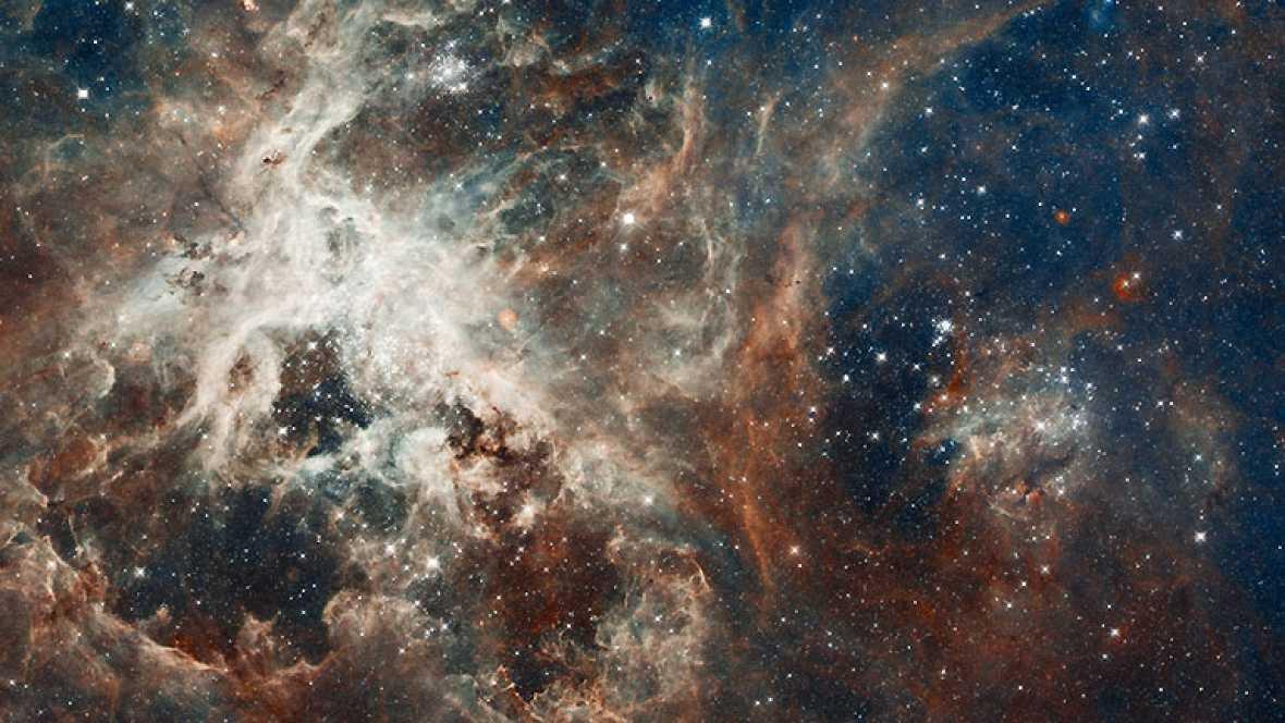 El telescopio espacial Hubble cumple este 24 de abril 20 años en órbita. Para celebrarlo ha publicado una nueva imagen del corazón de la Nebulosa de la Tarántula, donde millones de estrellas brillan en esta enorme 'guardería' estelar.
