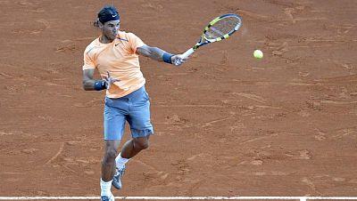 Y en el torneo de Montecarlo Nadal y Djokovic siguen adelante. El español ganó sin problemas; el serbio sufrió mucho ante el ucraniano Dolgopolov. Pero ha sido un triunfo con mérito añadido: en el calentamiento se enteró del fallecimiento de su abuel