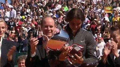 El tenista español recibe el trofeo del Masters 1000 de Montecarlo de manos de Alberto II de Mónaco, después de ganar a Novak Djokovic en la final.