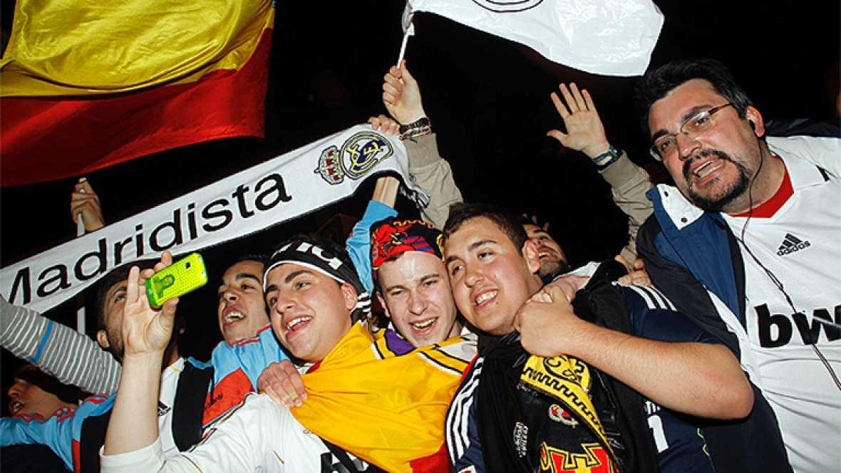 Cerca de 5.000 personas se han congregado en los alrededores de la fuente de Cibeles, lugar tradicional de celebración para los seguidores del Real Madrid, para festejar el 32 título de Liga conquistado por los de Chamartín.