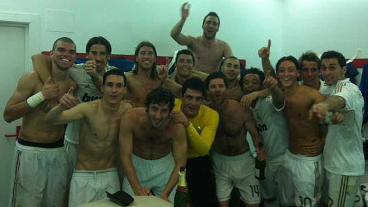 """Los jugadores del Real Madrid celebraron en el vestuario de San Mamés el haber conseguido la Liga, número 32 en el palmarés madridista. """"Vamos a la Cibeles"""", cantaban los jugadores blancos al igual que Pepe o Marcelo se marcaban un baile."""