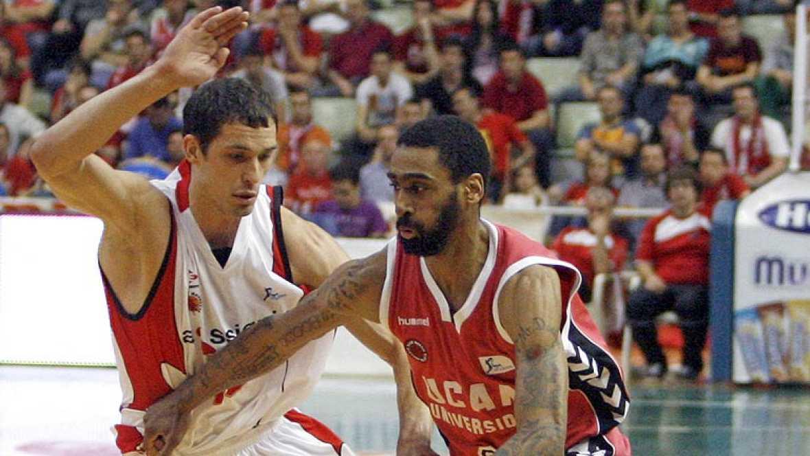 El UCAM Club Baloncesto Murcia dio un nuevo paso hacia la salvación, la cual refrendaría este jueves si el Asefa Estudiantes perdiese en Valladolid, al ganar por 78-60 al Assignia Manresa