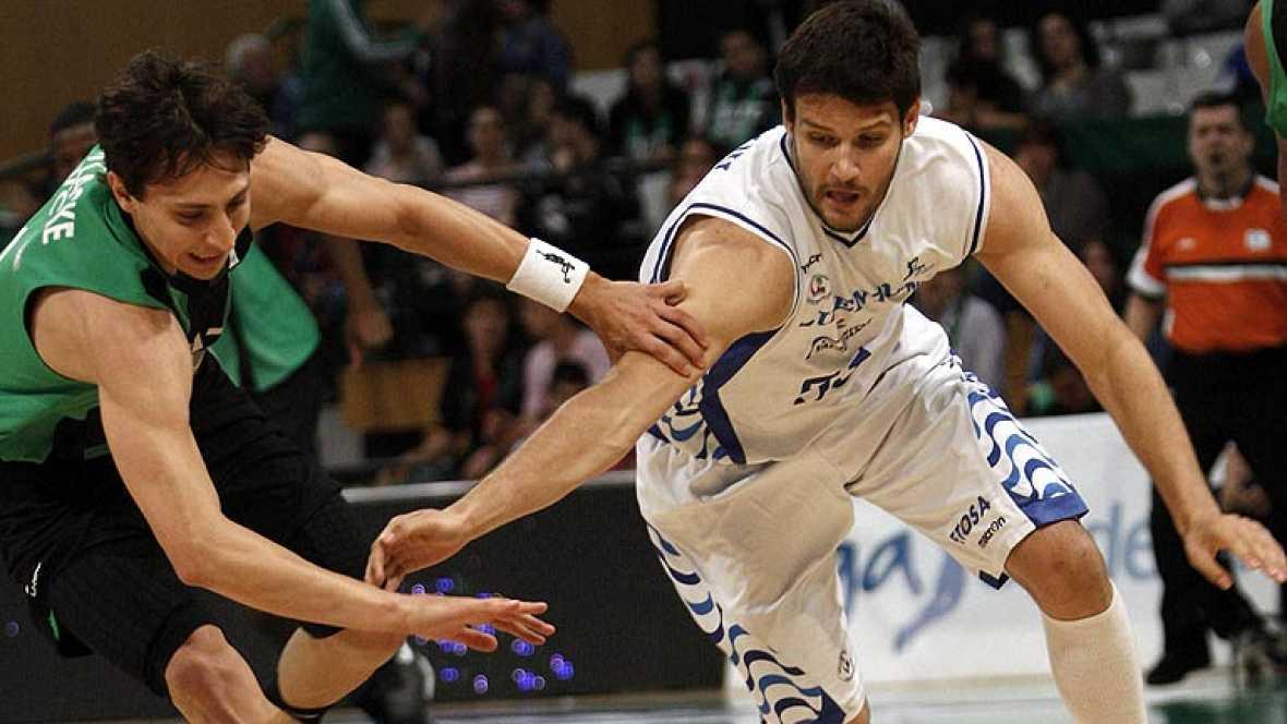 El Fiatc Joventut derrotó (74-63) y le arrebató el 'basket average' al Lucentum Alicante por lo que ambos equipos mantendrán hasta la última jornada sus opciones de estar en la fase final por el título.