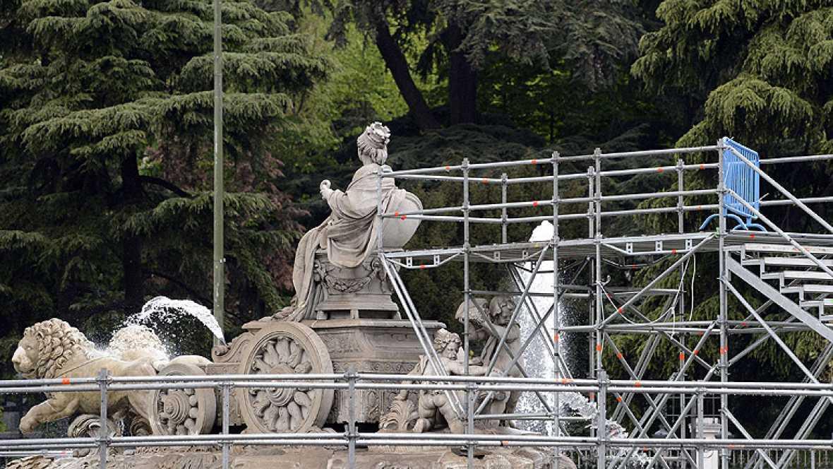 Después de cuatro años sin celebrar una Liga, la diosa Cibeles volvió a acoger a los madridistas en procesión. Los aficionados acudieron a la cántrica plaza y ahora esperan a la celebración oficial del equipo.