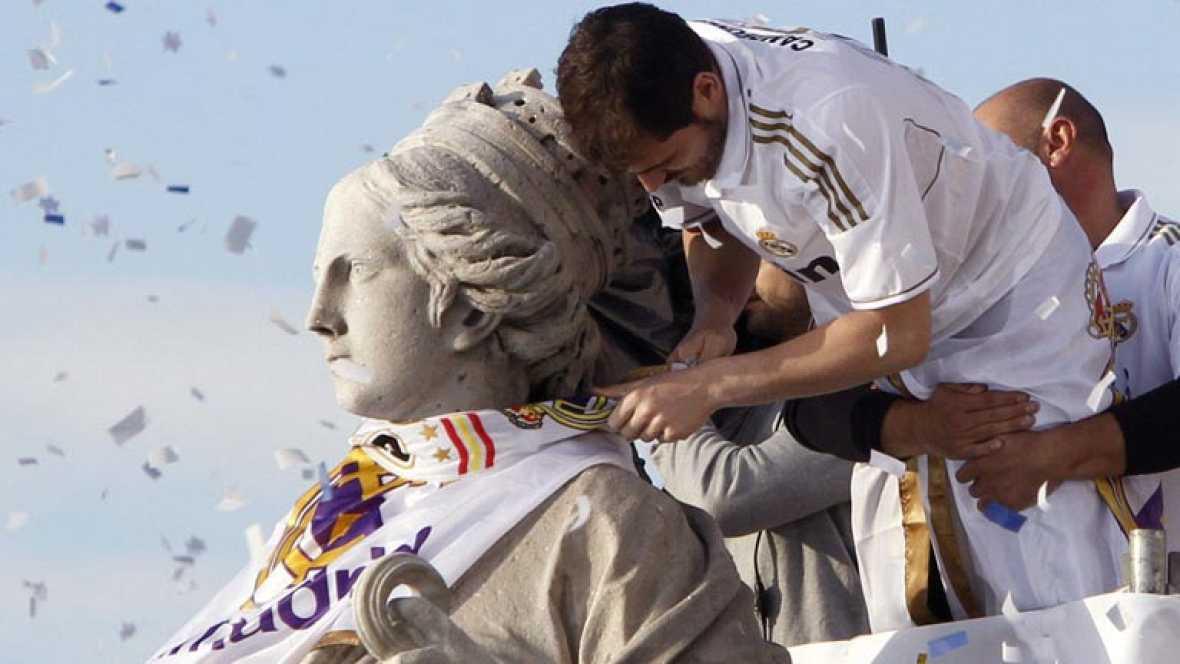 Una vez más, la Plaza de Cibeles en Madrid fue el escenario de la celebración de un título liguero del Real. Iker Casillas puso el broche final engalanando la estatua de la diosa.
