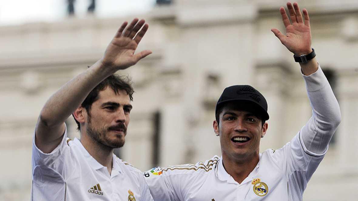 La plantilla del Real Madrid celebró hoy su trigésimo segundo título de liga junto a más de 25.000 seguidores que se apostaron entre el estadio Santiago Bernabéu y la plaza de Cibeles, donde el capitán, Iker Casillas, impuso a la estatua de la diosa