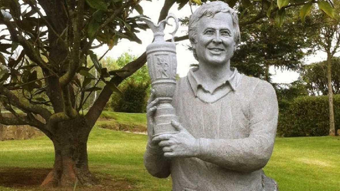 Este lunes 7 de mayo se cumple un año desde el fallecimiento de Severiano Ballesteros. Desde el día antes, una estatua le recuerda presidiendo la que fue su casa en Pedreña.