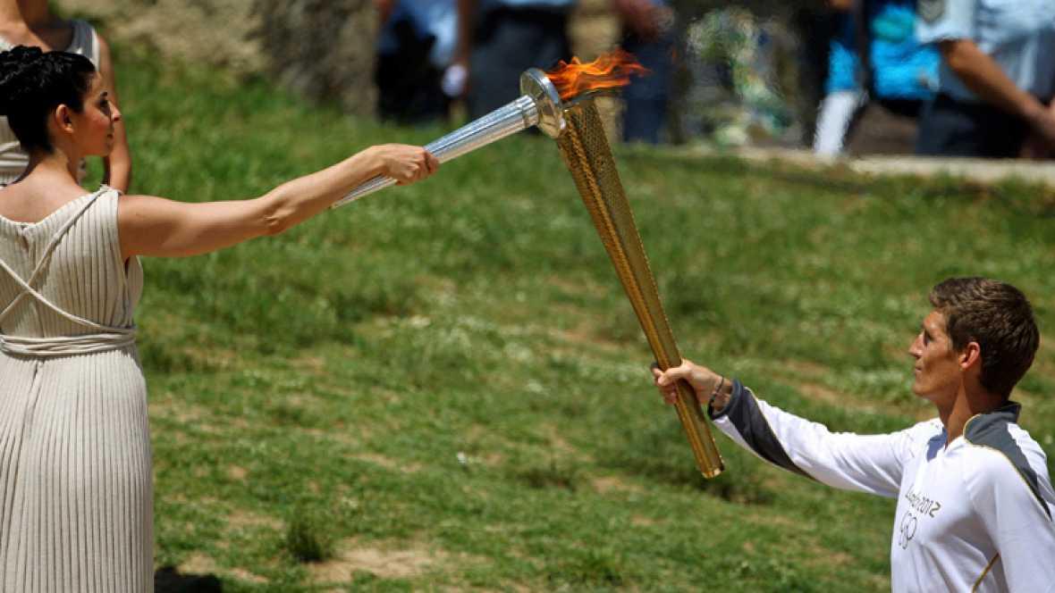 La actriz Ino Menegaki, en el papel de la Suma Saterdocisa, ha encendido la llama olímpica cuyo primer portador ha sido el nadador Spyros Gianniotis.