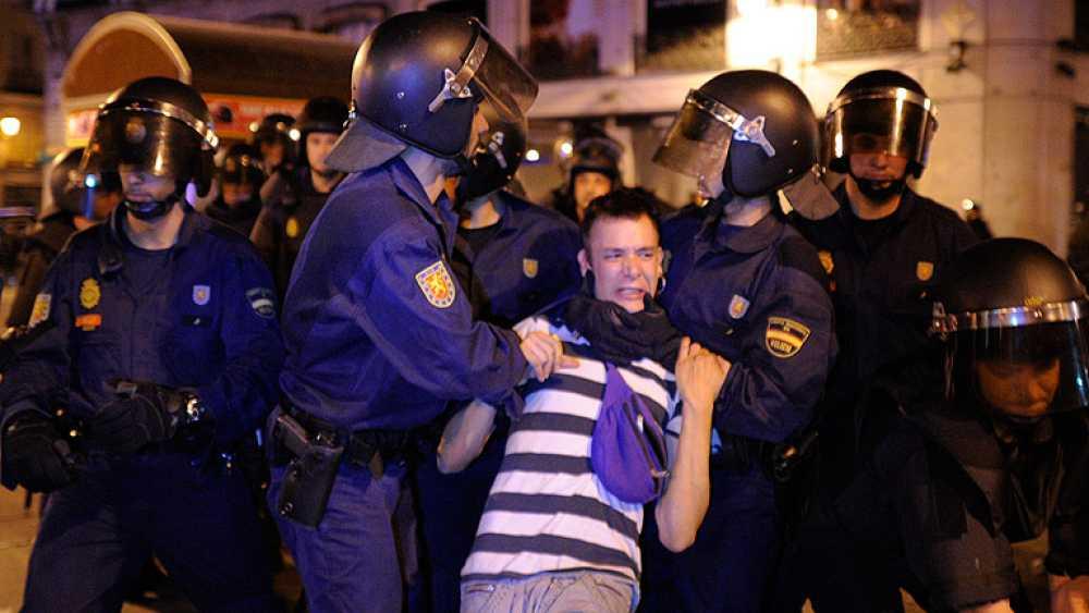 """La Policía desaloja a los """"indignados"""" de Sol"""