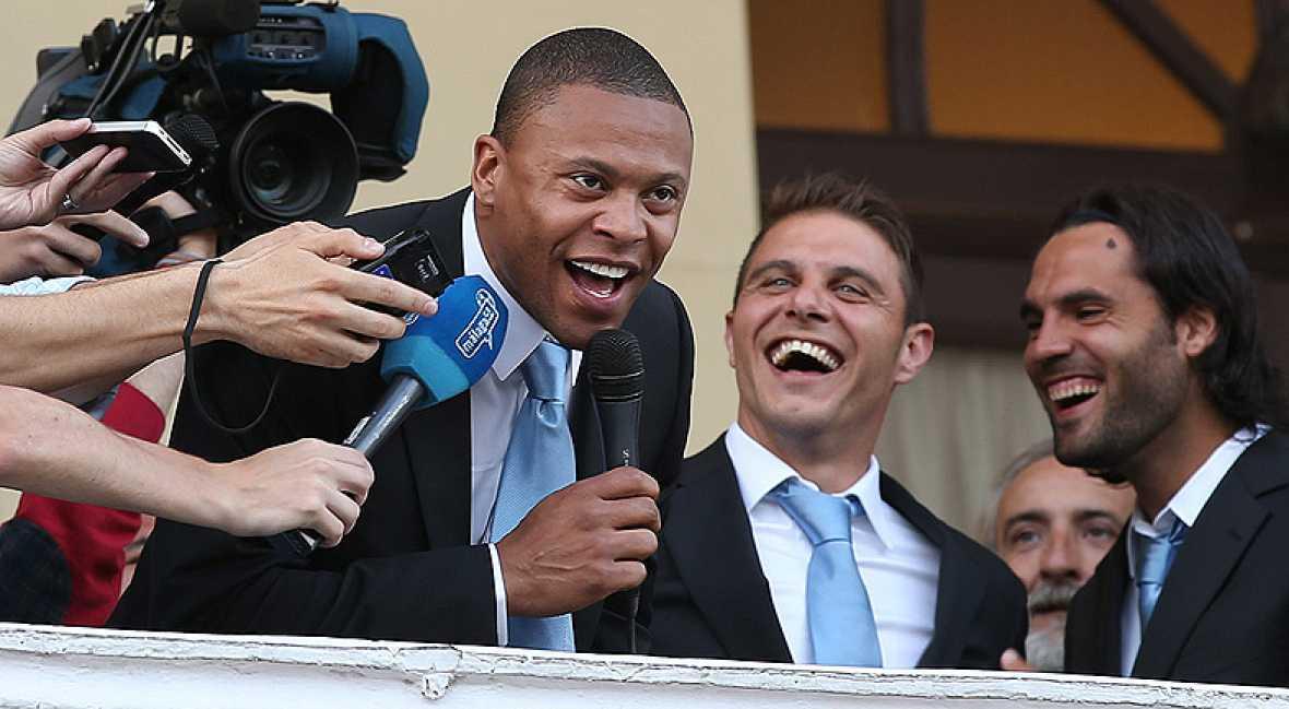 Málaga sigue disfrutando del éxito de su equipo, que se subió al balcón del ayuntamiento para celebrar la histórica clasificación a la Champions League.