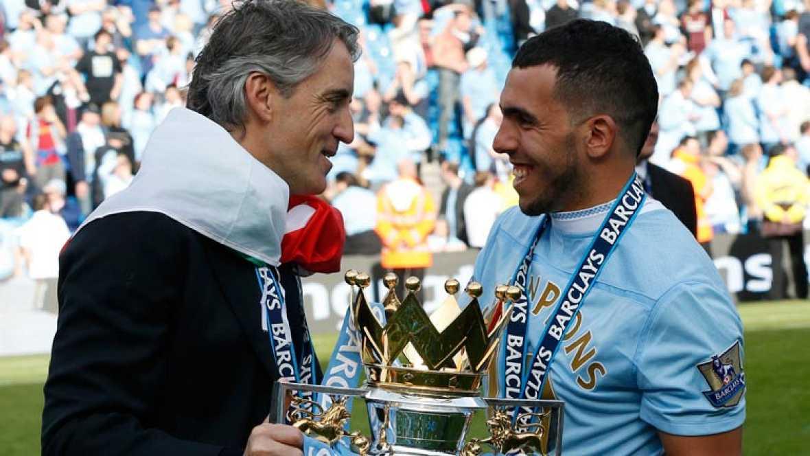 """Durante las celebraciones del Manchester City tras ganar la Premier, Tévez enseñó una pancarta de mal gusto en la que se podía leer """"RIP Fergusson"""", el entrenador del United. Tévez dice que fue una broma y que no piensa pedir perdón."""