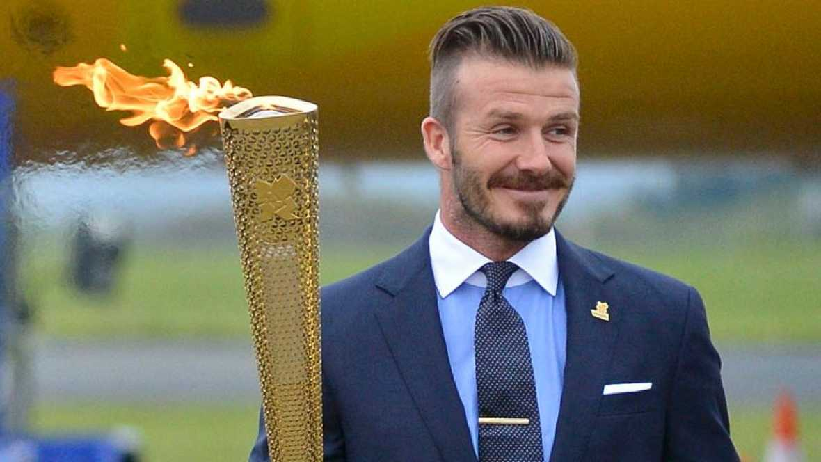 La llama olímpica ha llegado a Reino Unido en un avión lleno de personalidades. El jugador de fútbol David Beckham ha sido el encargado de lucirla en el aeropuerto.