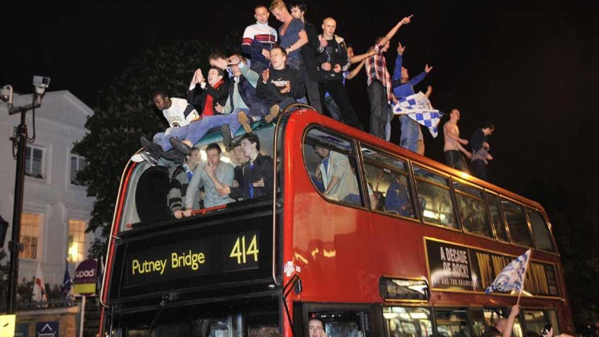 La victoria del Chelsea supone, paradójicamente, el primer título de la máxima competición europea para la capital inglesa, que tiene a equipos históricos en la Premier. La afición se echó a la calle para festejarlo por todo lo alto.