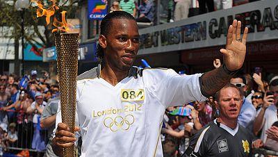 El héroe del Chesea campeón de Europa, Didier Drogba, ha formado parte del relevo de la llama olímpica, que prosigue su camino hacia Londres.