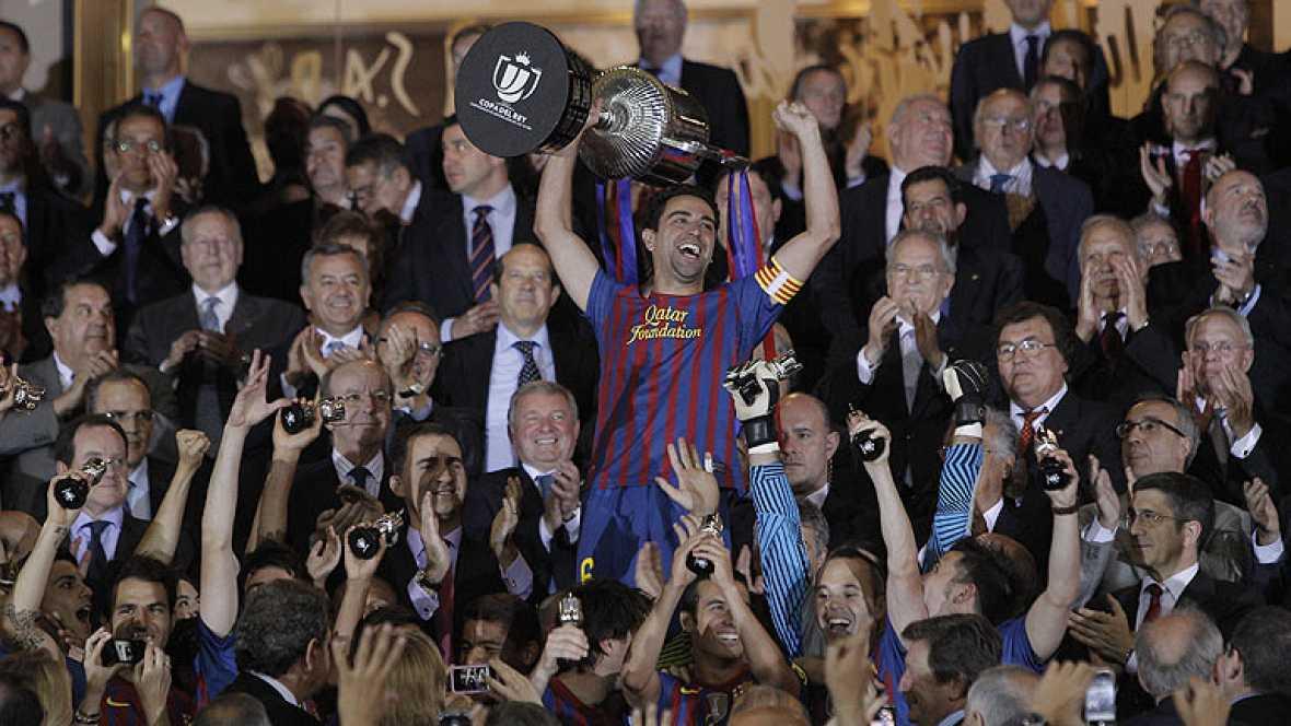 El capitán del Barcelona, Carles Puyol, cedió el honor de levantar la Copa del Rey conseguida por el Barcelona en el Calderón frente al Athletic Club, a Xavi Hernández, que ha conseguido su vigésimo título con la camiseta azulgrana.