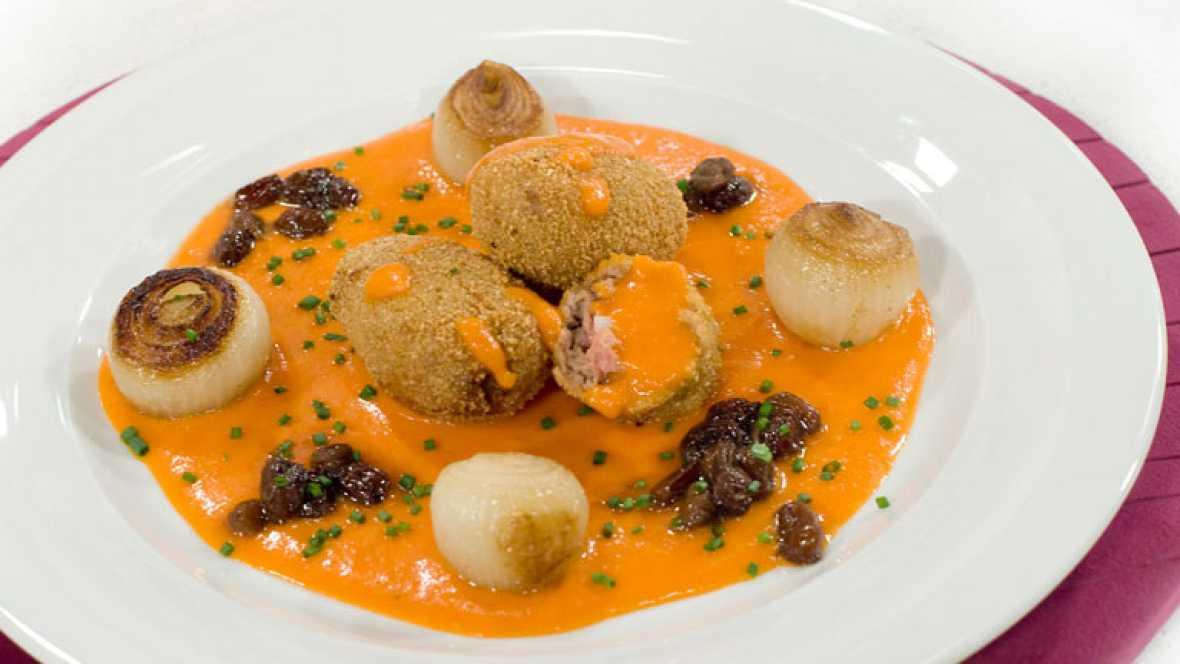 Croquetas de carne y huevo en salsa de pimientos morrones