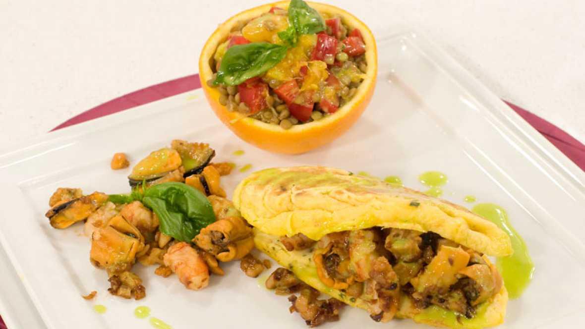 Tortillas rellenas con mejillones y ensalada de legumbres y naranja