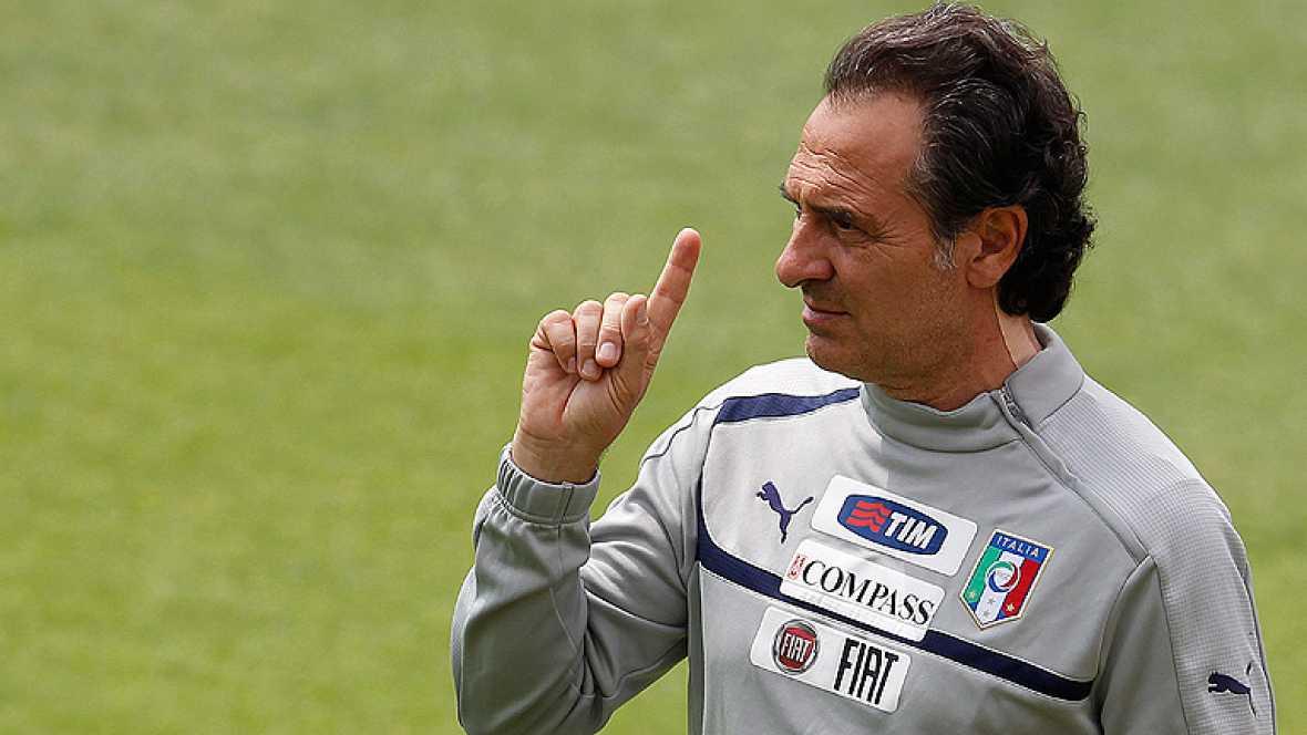 El seleccionador italiano de fútbol, Cesare Prandelli, ha  asegurado este viernes que si les piden dejar la Eurocopa de Polonia  y Ucrania , en la concentración de la selección para apoyar a sus  compañeros por el escándalo de amaño de partidos para
