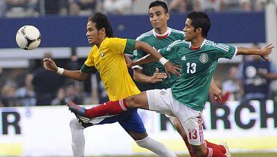 La selección de México con goles de Giovani Dos Santos, al minuto 22 y Javier 'Chicharito' Hernández, de penalti, a los 32, venció por 2-0 a la de Brasil, invicta en sus últimos diez encuentros, en un partido amistoso disputado en el Cowboys Stadium