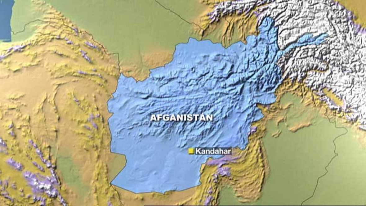 Un terrorista suicida ha causado la muerte de una veintena de personas en Kandahar, Afganistán, al precipitarse con su motocicleta cargada de explosivos sobre una aglomeración de gente. Ha sido en un aparcamiento donde estacionan decenas de camiones