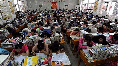China celebra el examen más multitudinario del mundo. Se trata del 'gaokao', como se conoce la Selectividad y se presentan nueve millones de estudiantes. La prueba es crucial porque en China ir a la Universidad es sinónimo de prestigio social.