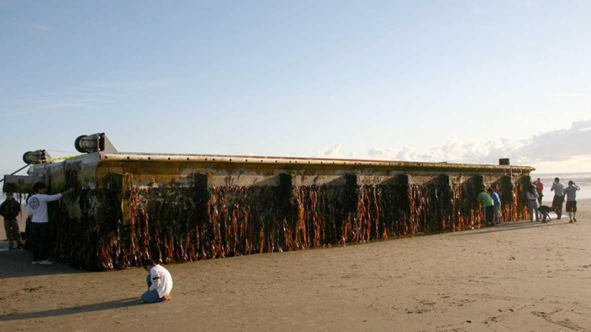 Un enorme muelle que había soltado amarras como consecuencia del tsunami que azotó la costa de Japón hace más de quince meses ha llegado esta semana a las costas de Oregon, en Estados Unidos, al otro lado del Pacífico, a 8.000 kilómetros de distancia