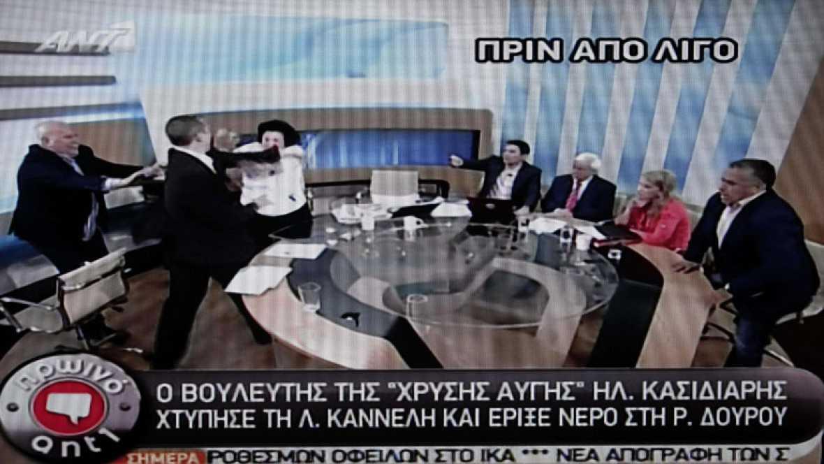 El portavoz del partido neonazi griego Amanecer Dorado ha lanzado un vaso de agua a una política de izqierdas griega y a abofeteado a otra en la cara en un debate en directo en la televisión helena este jueves.