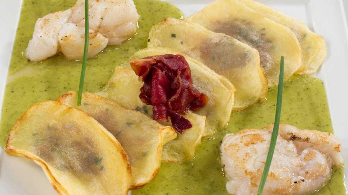 Patatas rellenas de anchoa en salsa de perejil y cebollino