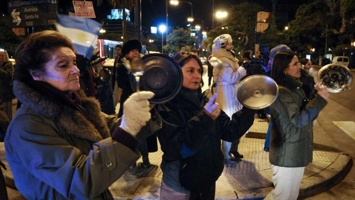 En Buenos Aires, el jueves se repetió una sonora cacerolada. Miles de ciudadanos, movilizados a través de las redes sociales, salieron a la calle para protestar por la política del gobierno de Cristina Fernández.