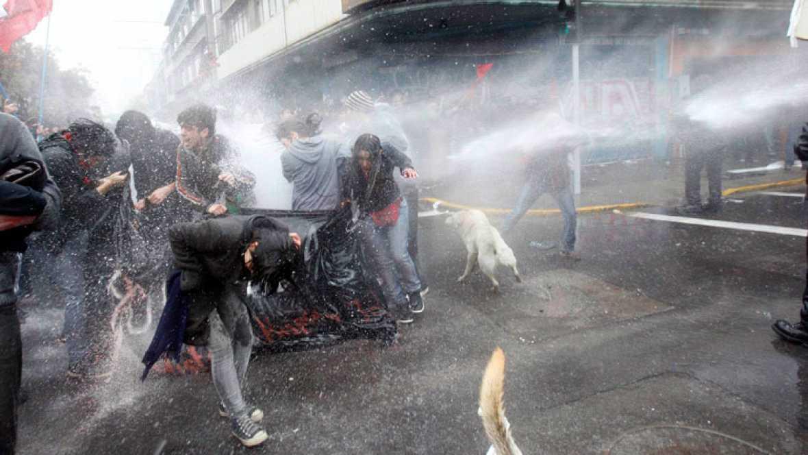 Dieciseis heridos y 25 detenidos tras los enfrentamientos en un homenaje a Pinochet
