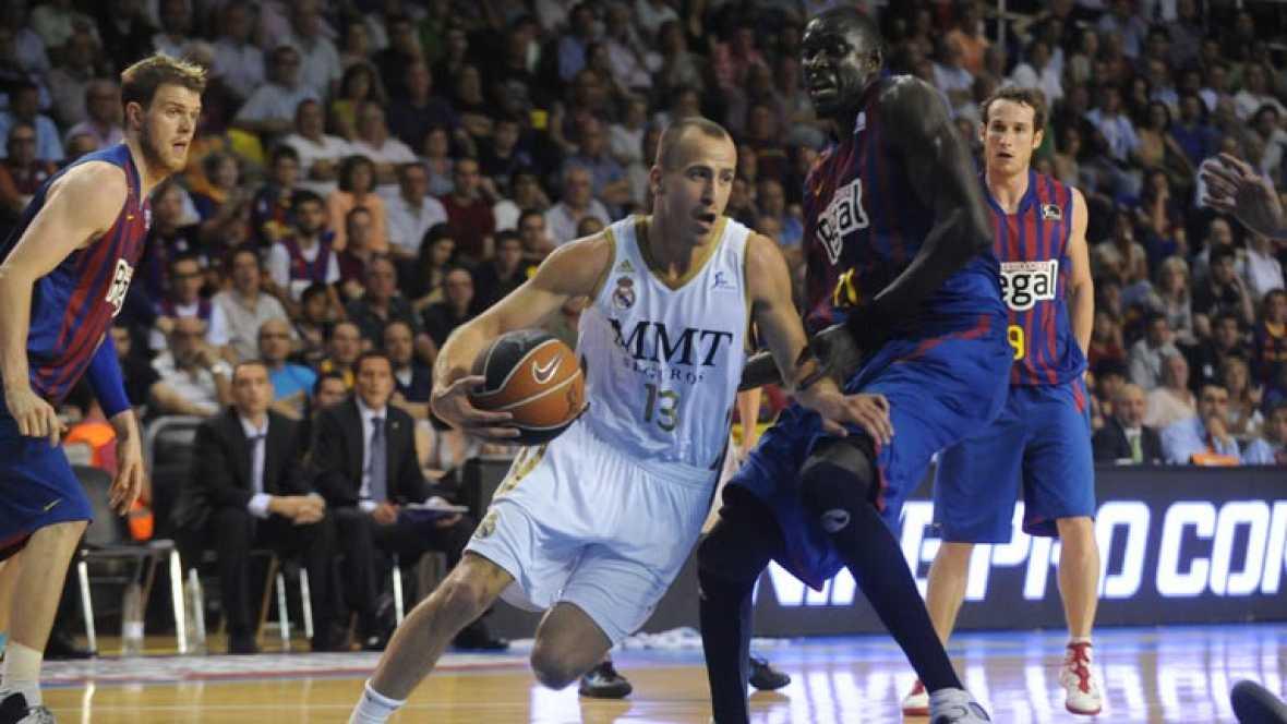Real Madrid y Barcelona Regal se juegan el tercer partido de la final de la Liga Endesa ACB con el 'playoff' igualado, y con un protagonismo destacado de los hombres de banquillo en ambos equipos.
