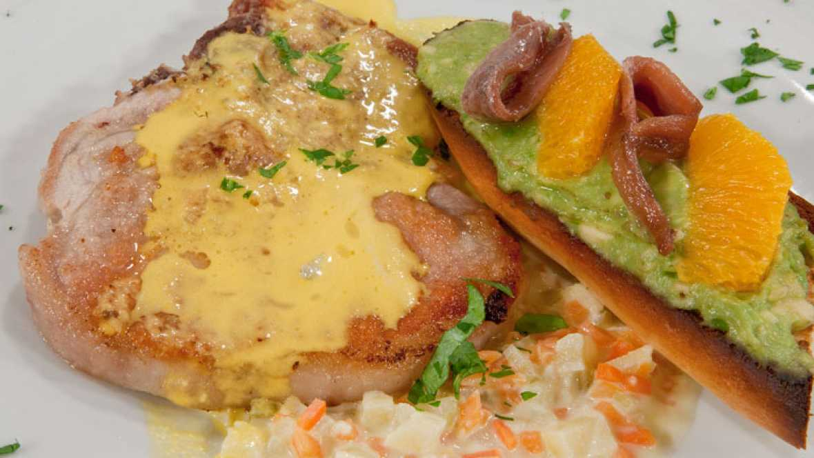 Chuletas de cerdo con tosta de aguacate y naranja