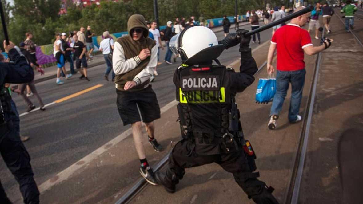 Aficionados rusos y polacos se enfrentan en Varsovia