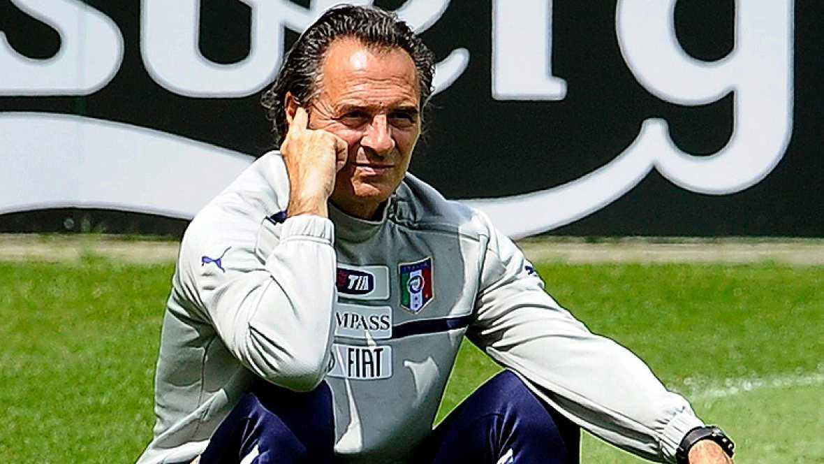 """Cesare Prandelli, entrenador de la selección italiana de fútbol, aseguró hoy en rueda de prensa que su equipo no debe """"ceder a la cultura de la sospecha"""" antes del enfrentamiento entre España y Croacia, que con un empate a dos goles se clasificarían"""