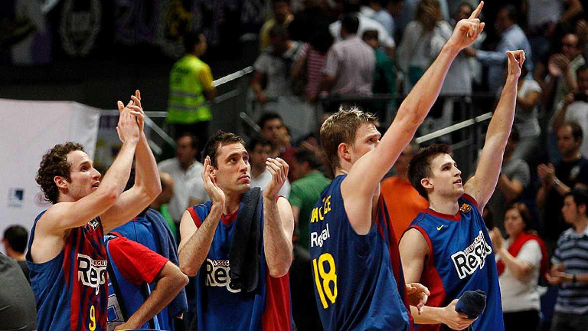 El Barcelona Regal ha reeditado esta tarde el título de la Liga al derrotar al Real Madrid (73-69) en el Palau, en un quinto partido que ha decidido la excelente defensa del conjunto azulgrana, un Fran Vázquez estelar y el acierto en los tiros libres