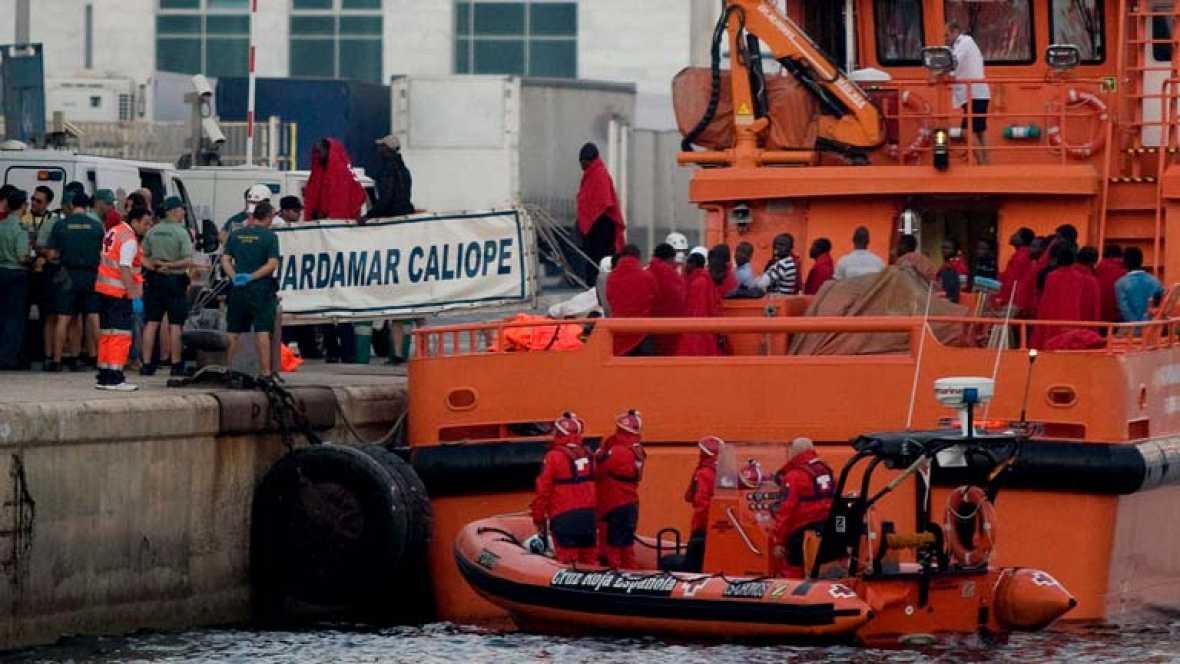 Cuatro inmigrantes hospitalizados tras llegar en una patera con otros 36 a Almería
