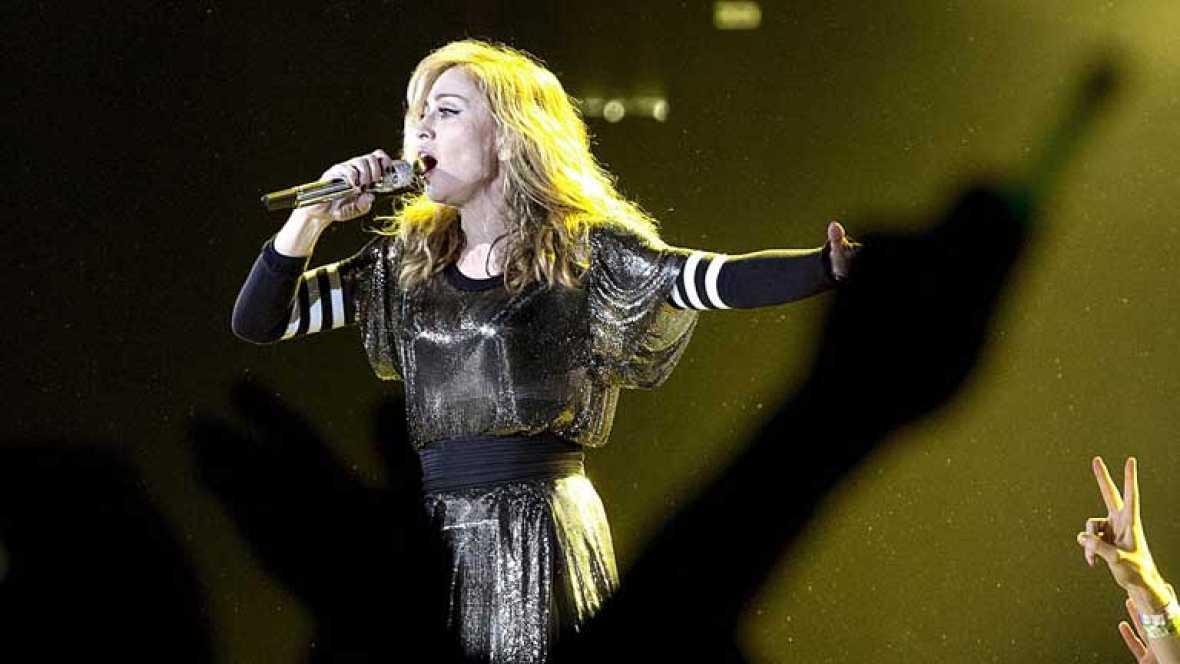 Miles de fans esperan el concierto de Madonna en Barcelona