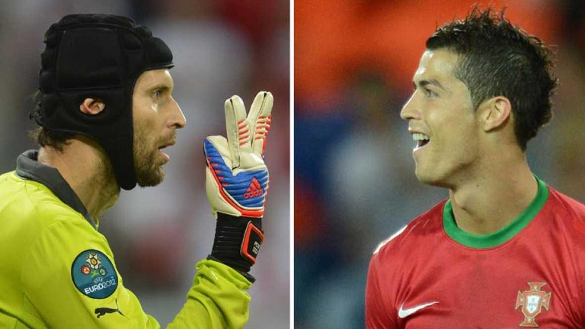 Arrancan los cuartos de final de la Eurocopa 2012 con el República Checa - Portugal Estadio Nacional de Varsovia. Cristiano Ronaldo, delantero luso, está 'con la canana preparada' para Cech, meta checo.