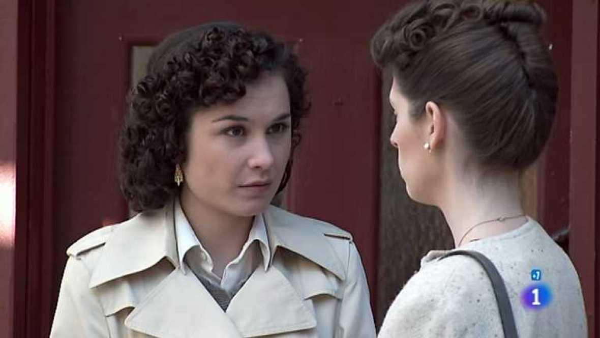Amar en tiempos revueltos - T7 - Capítulo 203 - Encargado de mantener la puerta de casa infranqueable, Alberto se ve obligado a impedir casi por la fuerza que Cecilia salga - ver ahora