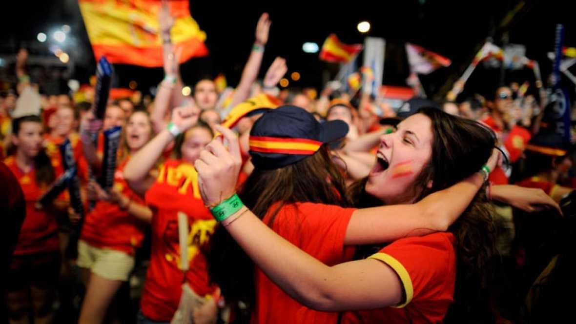 Cientos de aficionados se dieron cita una vez más para ver el partido de la Roja y estallaron de júbilo con la victoria sobre Francia y el pase a semifinales de la Eurocopa.