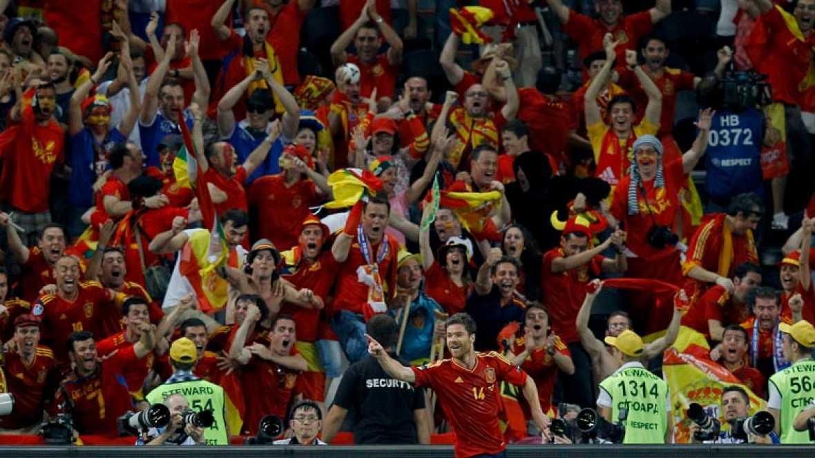 La representación española en Donetsk celebró a lo grande el triunfo, con cánticos en los que se acordaron de los guiñoles franceses y de Cristiano Ronaldo. En España, cientos de miles de aficionados se echaron a las calles.