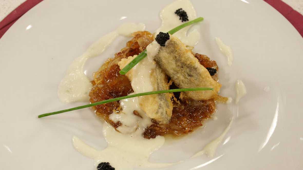 Bacalao rebozado con crema de pepino y cebolla caramelizada