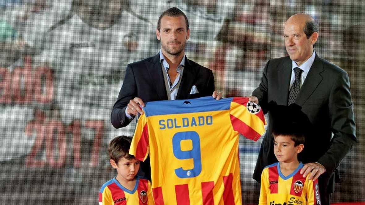 El club valencianista ha presentado la firma de la renovación de su delantero como si de un fichaje más se tratara. El ariete ha declarado que no ha querido escuchar ofertas de otros clubes.